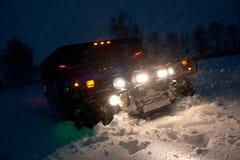 Vinnitsa, Ucrânia - 23 de fevereiro de 2012 Hummer H1 nos montes de neve, Imagens de Stock Royalty Free