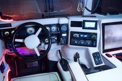 Vinnitsa, Ucrânia - 23 de fevereiro de 2012 Salão de beleza de Hummer H1 para dentro, B Fotografia de Stock Royalty Free