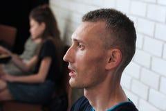Vinnitsa, Ucr?nia - 5 de mar?o de 2018: Perfil da cara do homem O homem no perfil anticipa foto de stock royalty free