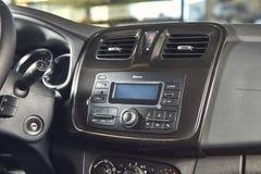 Vinnitsa, Ucr?nia - 2 de abril de 2019 Renault Logan MCV - apresenta??o nova do carro modelo na sala de exposi??es - opini?o do p fotos de stock