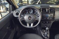 Vinnitsa, Ucr?nia - 2 de abril de 2019 Renault Logan MCV - apresenta??o nova do carro modelo na sala de exposi??es - opini?o do v fotografia de stock royalty free