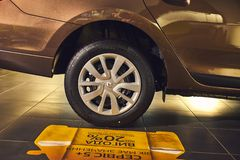 Vinnitsa, Ucr?nia - 2 de abril de 2019 Renault Logan MCV - apresenta??o nova do carro modelo na sala de exposi??es - roda imagens de stock royalty free