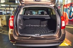 Vinnitsa, Ucr?nia - 2 de abril de 2019 Renault Logan MCV - apresenta??o nova do carro modelo na sala de exposi??es - tronco imagens de stock royalty free