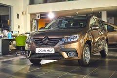 Vinnitsa, Ucr?nia - 2 de abril de 2019 Renault Logan MCV - apresenta??o nova do carro modelo na sala de exposi??es - vista diante fotos de stock royalty free