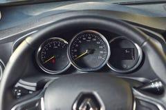 Vinnitsa, Ucr?nia - 2 de abril de 2019 Renault Logan MCV - apresenta??o nova do carro modelo na sala de exposi??es - volante e ve fotos de stock