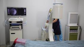 VINNITSA, UCRAINA, IL 15 AGOSTO 2017: Trattamento di dolore acuto nella spina dorsale Blocco epidurale Sofferenza paziente dell'u archivi video