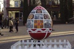 Vinnitsa, Ucrania - 10 de abril de 2018: Monumentos originales al huevo en Pascua, la celebración de Pascua ucraniana foto de archivo