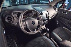 Vinnitsa, Ucrania - 2 de abril de 2019 Renault Captur - presentaci?n del coche de modelo nuevo en la sala de exposici?n - interio fotos de archivo libres de regalías