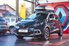 Vinnitsa, Ucrania - 2 de abril de 2019 Renault Captur - presentaci?n del coche de modelo nuevo en la sala de exposici?n - vista d imágenes de archivo libres de regalías