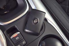 Vinnitsa, Ucrania - 4 de abril de 2019 Renault Kadjar - presentación del coche de modelo nuevo en la sala de exposición - botón d imagen de archivo