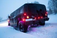 Vinnitsa, Ucrania - 23 de febrero de 2012 Hummer H1 en nieves acumulada por la ventisca, Imagenes de archivo