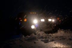 Vinnitsa, Ucrania - 23 de febrero de 2012 Hummer H1 en nieves acumulada por la ventisca, Foto de archivo