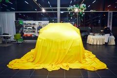 Vinnitsa, Ucrania - 21 de marzo de 2018 Renault Kadjar ocultado bajo cubierta amarilla - presentación del coche de modelo nuevo e fotografía de archivo