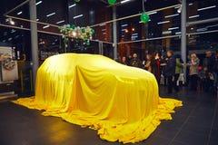 Vinnitsa, Ucrania - 21 de marzo de 2018 Renault Kadjar ocultado bajo cubierta amarilla - presentación del coche de modelo nuevo e foto de archivo