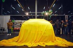 Vinnitsa, Ucrania - 21 de marzo de 2018 Renault Kadjar ocultado bajo cubierta amarilla - presentación del coche de modelo nuevo e imagenes de archivo
