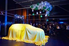 Vinnitsa, Ucrania - 21 de marzo de 2018 Renault Kadjar ocultado bajo cubierta amarilla - presentación del coche de modelo nuevo e imagen de archivo