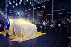 Vinnitsa, Ucrania - 21 de marzo de 2018 Renault Kadjar ocultado bajo cubierta amarilla - presentaci?n del coche de modelo nuevo e fotos de archivo
