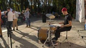 Vinnitsa, UCRANIA - 14 de octubre de 2018: jugar los tambores en un día soleado hermoso almacen de metraje de vídeo