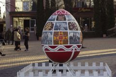 Vinnitsa Ukraina - April 10, 2018: Original- monument till ägget på påsken, berömmen av den ukrainska påsken arkivfoto