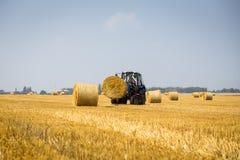 Vinnitsa Ukraina - Juli 26,2016 Enorm traktor som samlar höstacken Arkivbilder