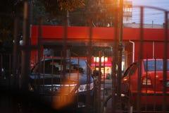 Vinnitsa Ukraina, Lipiec, - 20, 2018: Wiecz?r miasto Samochodowy parking w ?wietle latarni ulicznych Abstrakcjonistyczna fotograf obrazy stock