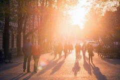 Vinnitsa, Ukraina/- 04/19/2018: ludzie spaceru wzdłuż park avenue Obrazy Stock
