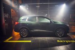 Vinnitsa Ukraina - mars 21, 2018 Renault Kadjar - presentation f?r bil f?r ny modell i visningslokal - sidosikt royaltyfria bilder