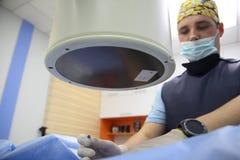 VINNITSA, UKRAINE, AM 15. AUGUST 2017: Behandlung von akuten Schmerz im Dorn Epiduraler Block Geduldiges Leiden des Mannes von Rü Stockbilder