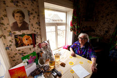 VINNITSY, RUSLAND - Niet geïdentificeerde oude vrouw Veps - kleine Finno-Ugric mensen die op grondgebied van het gebied van Lenin Stock Foto