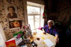 VINNITSY RYSSLAND - den oidentifierade gamla kvinnan Veps - litet Finno-Ugric folk som bor på territoriet av den Leningrad region arkivfoto