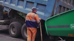 Vinnytsia, Ουκρανία - 10 Σεπτεμβρίου 2018: το φορτηγό χύνει έξω την άσφαλτο paver ασφάλτου απόθεμα βίντεο