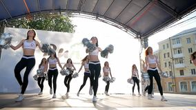 Vinnytsia Ucrânia - 26 de maio de 2019: A equipe do líder da claque executa em uma fase pequena Um grupo de meninas bonitas delga filme