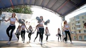 Vinnytsia Ukraina, Maj 26 -, 2019: Chirliderka drużyna wykonuje na małej scenie Grupa nikłe piękne dziewczyny zbiory