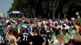 Vinnytsia Ukraina, Maj 26 -, 2019: Tłum który biega na maratonu wydarzeniu ludzie Atlety uczestniczą w dużej rasie zdjęcie wideo