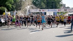 Vinnytsia Ukraina, Maj 26 -, 2019: Tłum który zaczyna ich bieg na maratonu wydarzeniu ludzie Atlety uczestniczą wewnątrz zdjęcie wideo