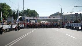 Vinnytsia Ukraina, Maj 26 -, 2019: Tłum który zaczyna ich bieg na maratonu wydarzeniu ludzie Atlety uczestniczą wewnątrz zbiory wideo