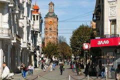 Vinnytsia Ukraina, PAŹDZIERNIK, - 03 2015: Centrum miasto z widokiem th stary pożarniczy wierza z zegarem Zdjęcia Stock