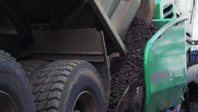 Vinnytsia Ukraina, Wrzesień, - 10, 2018: ciężarówka nalewa asfalt w asfaltowego brukarza zdjęcie wideo
