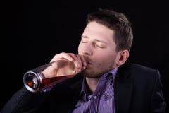 Vino bevente dell'uomo d'affari ubriaco Fotografie Stock Libere da Diritti