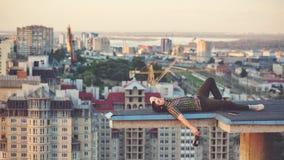Vino bevente dell'uomo sul tetto Fotografia Stock