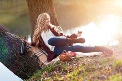 Vino bevente della bella donna all'aperto che ha picnic nel parco Ritratto di giovane bellezza bionda che gode di un vetro di Immagini Stock Libere da Diritti