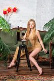 Vino bevente della donna Bella giovane donna bionda in vestito da sera dorato lungo con vetro di vino rosso in sottotetto di luss Fotografia Stock