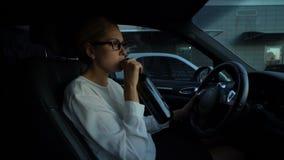 Vino bevente della donna depressa mentre conducendo automobile, rischio di viaggio pericoloso di incidente stock footage