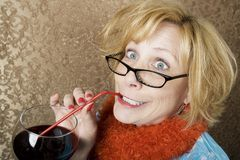 Vino bevente della donna pazzesca fotografie stock libere da diritti