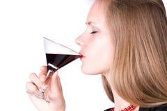 Vino bevente della giovane donna Immagine Stock
