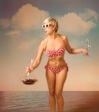 Vino bevente della ragazza sulla spiaggia Fotografie Stock