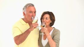 Vino bianco bevente delle coppie mature video d archivio