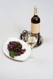Vino bianco in bottiglia verde Immagini Stock