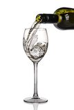 Vino bianco che è versato nel vetro Immagini Stock Libere da Diritti