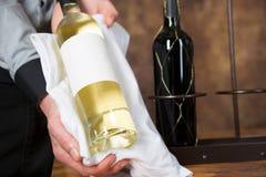 Vino bianco che presenta con l'etichetta in bianco Fotografia Stock